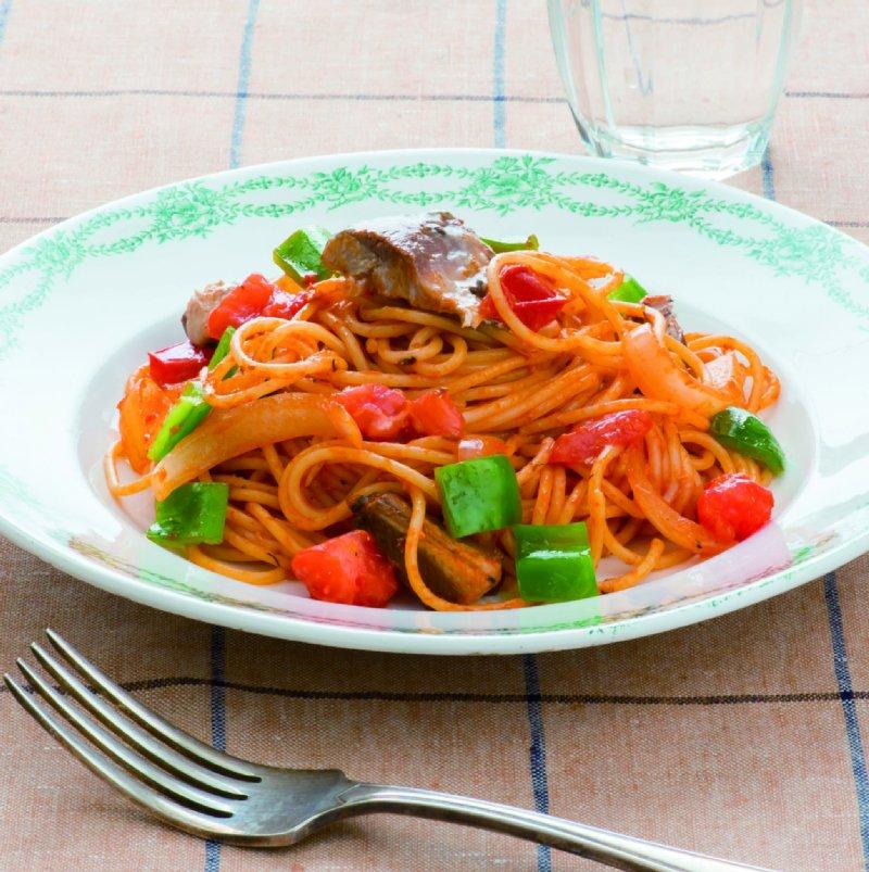 いわし缶と色とりどりの野菜を使ったナポリタンスパゲッティが器に盛りつけられている