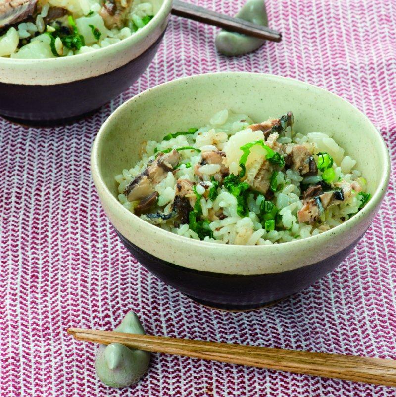 いわしと大根の炊き込みご飯が茶碗に入ってお箸と箸置きとともに食卓にならんでいる