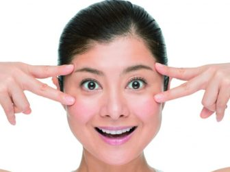 目の下のたるみをとる顔ヨガ6選まとめ|1回たった10秒!整形せずに若返り効果!?