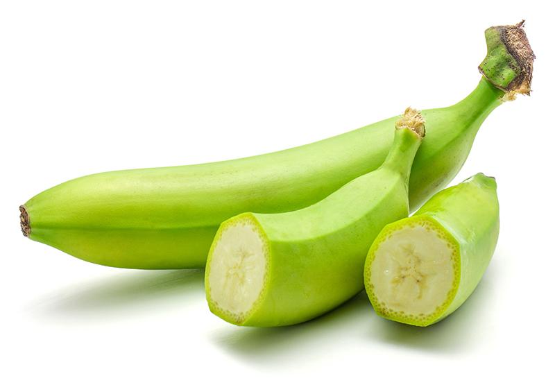 グリーンバナナ1本と切ったものが並んでいる