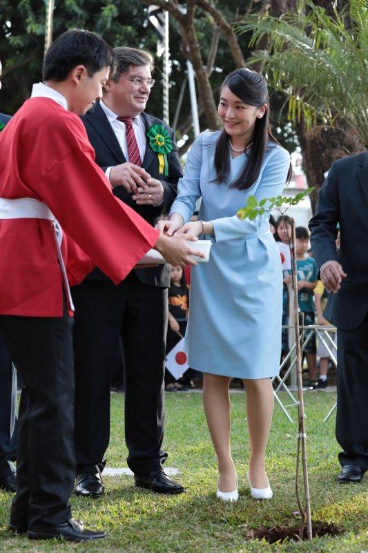 記念植樹の際で現地の少年から笑顔で苗を受け取られる眞子さま