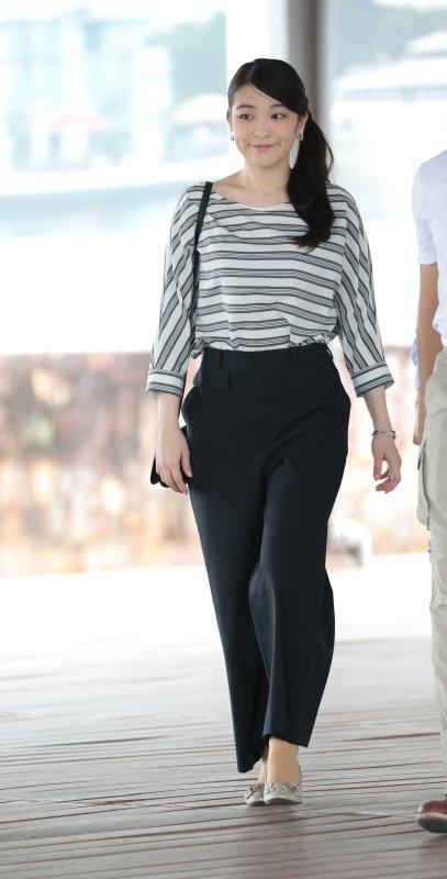 ボーダーシャツ、黒のパンツスタイルの眞子さま