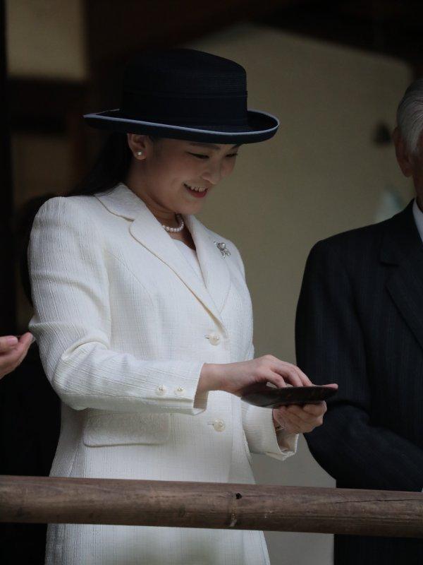 日本館で錦鯉への餌やりをなさり笑みを浮かべられる眞子さま