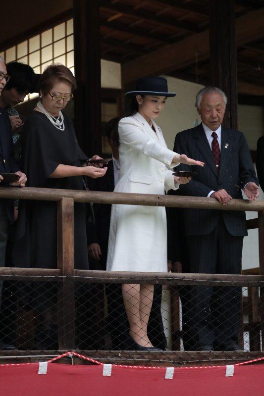 日本館で錦鯉への餌やりをなさる眞子さま