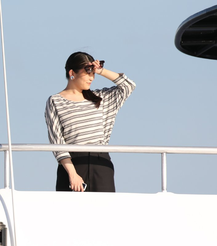 船の上でまぶしそうに手をかざす眞子さま