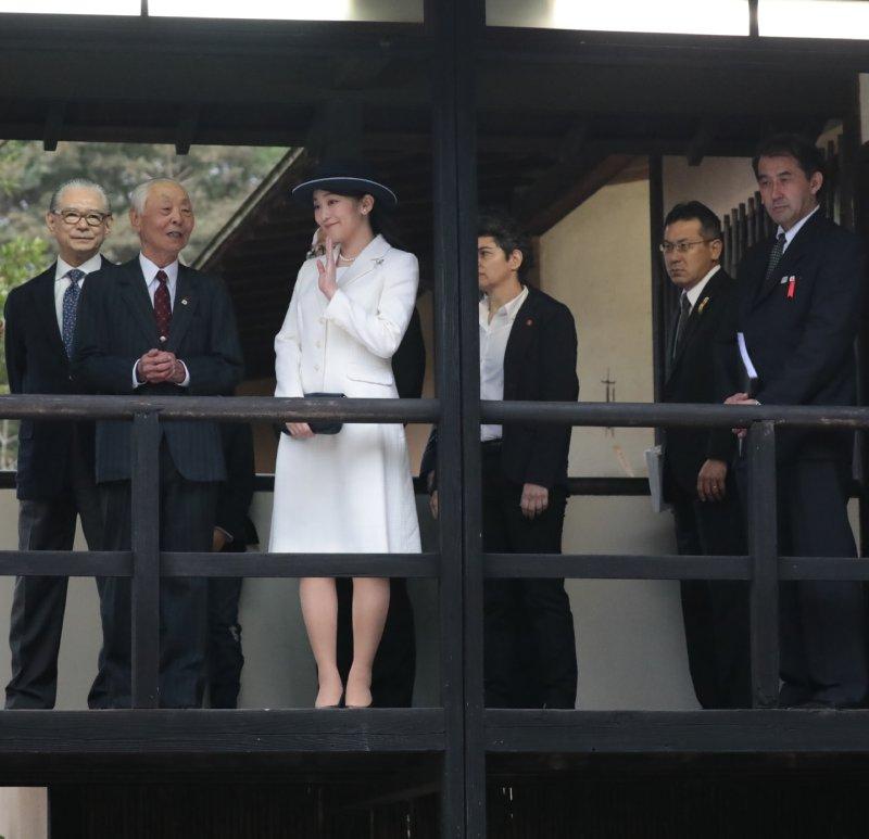 日本館の渡り廊下で笑顔で手を振られる眞子さま