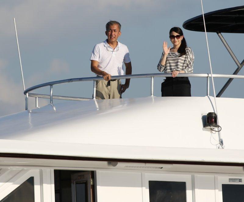 船の上から手を振られる眞子さま