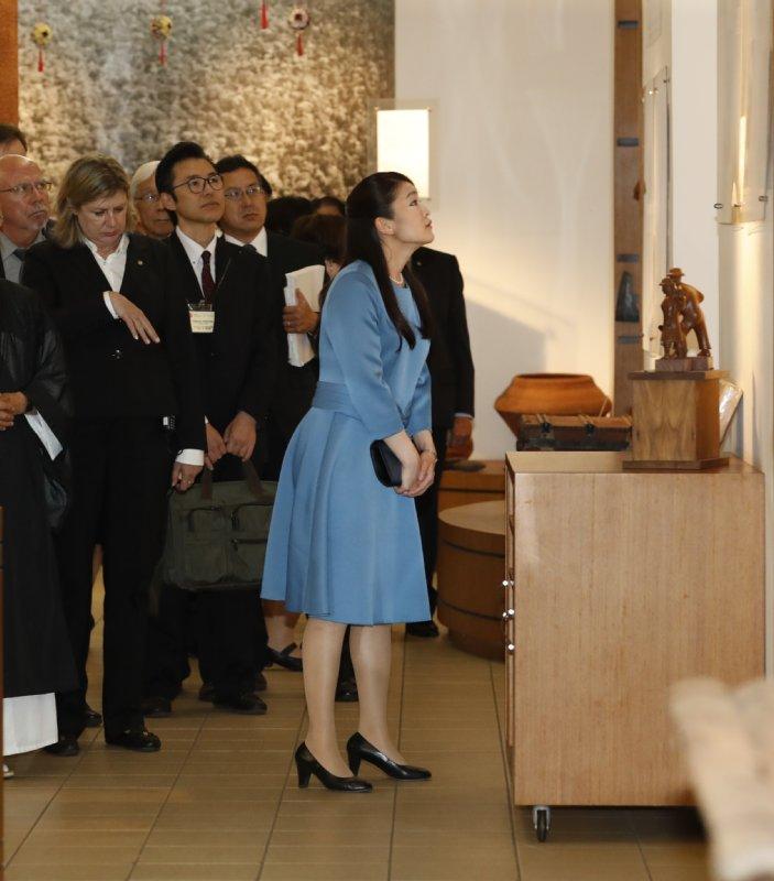 センター内にある日本移民資料館で、写真や移住者入植当時の生活にまつわる品々を熱心に見て回る眞子さま
