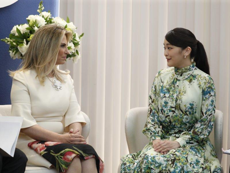 州知事とご引見される眞子さま。淡いエメラルドグリーンを基調に、ブルーのユリの花柄があしらわれたドレス姿で