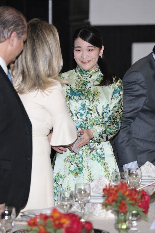笑顔で知事と握手を交わされる眞子さま