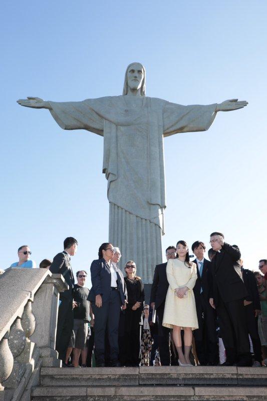 リオの町並みが見下ろせるコルコバードの丘の巨大なキリスト像の前でたたずむ眞子さま