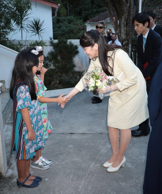 リオ日系協会で少女たちと握手を交わす眞子さま
