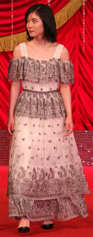 白地に黒で模様が描かれたジョーゼット地のベアトップドレスを着た松岡茉優