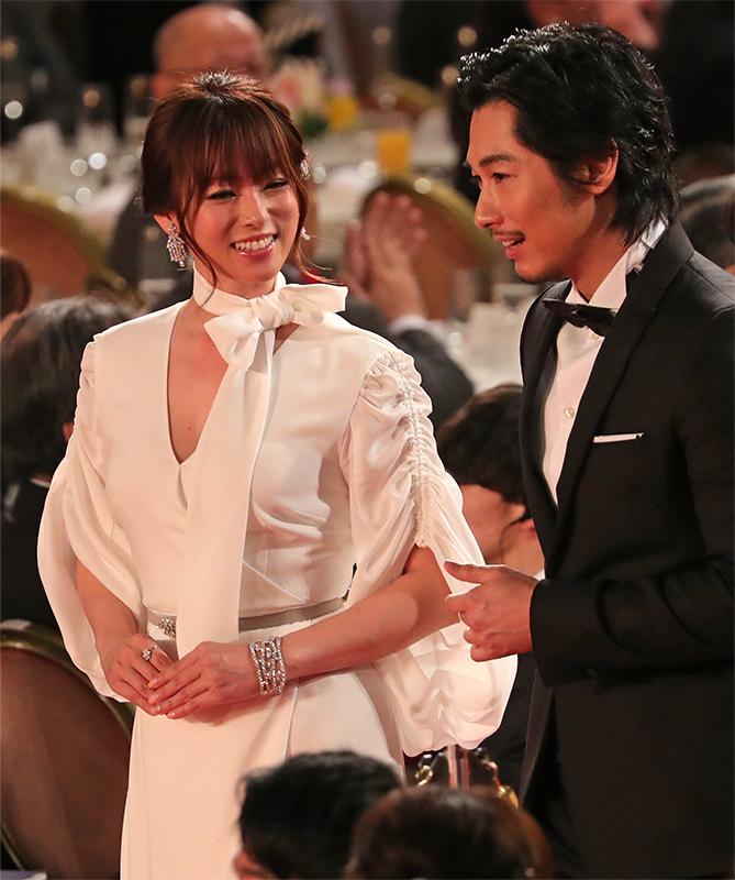ディーン・フジオカと談笑して歩く、白いドレス姿の深田恭子