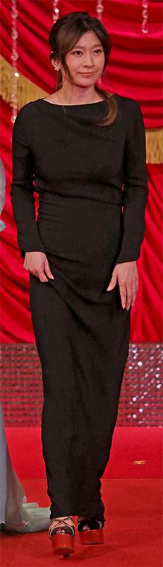 ブラックのシンプルなタイトドレスを着た篠原涼子
