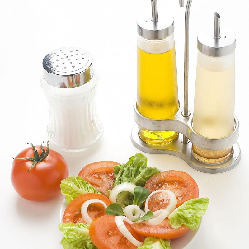 酢と塩とサラダが並んでいる