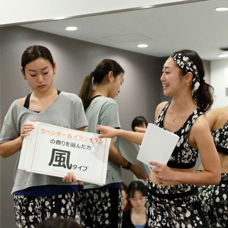 ホットヨガスタジオ LAVAのトップインストラクター横田佳代子さんが香り診断を行う