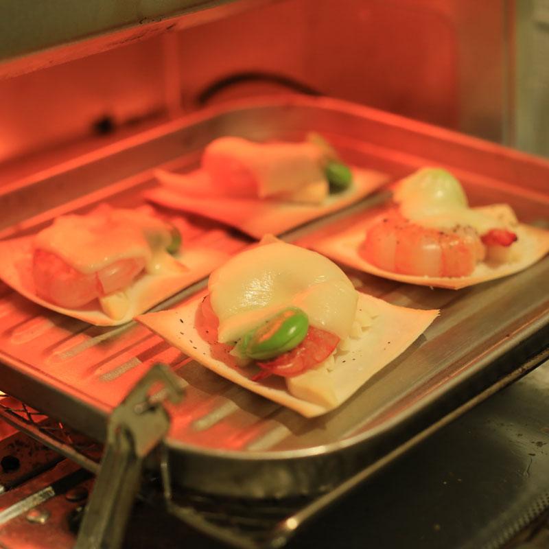 オーブンで焼いている「パリパリピザ」