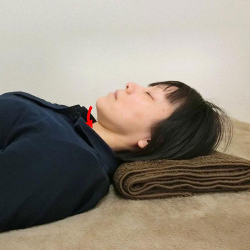 肩こり・首こりを解消するストレッチする女性