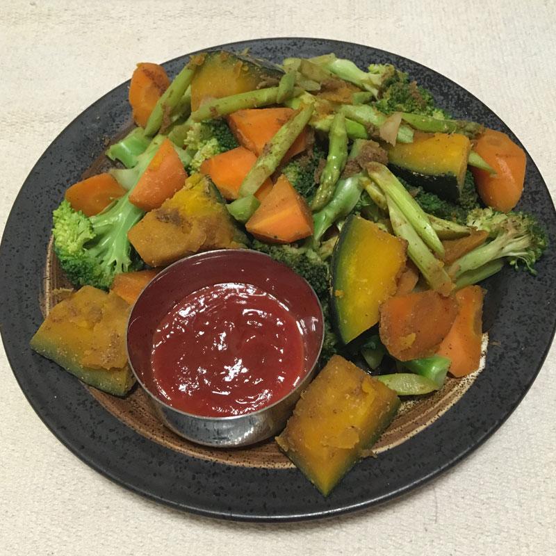 皿に盛りつけられた「スパイス温野菜」