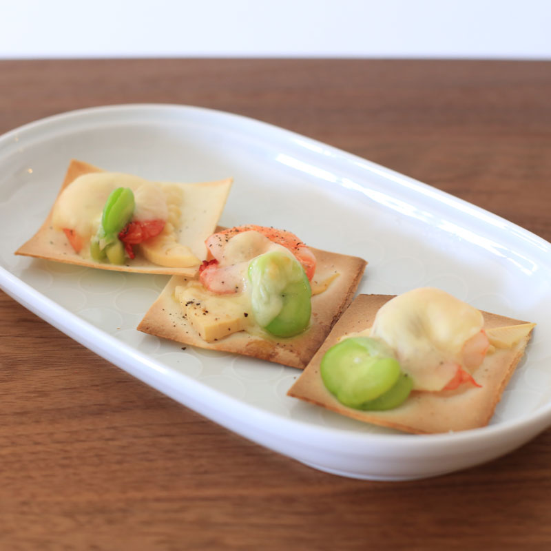 デトックス野菜&春巻きの皮で作る「パリパリピザ」が皿に盛り付けられている