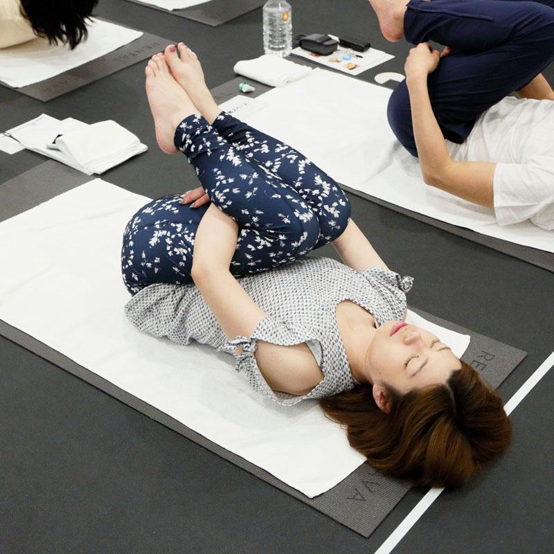 バスクリン『アーユルタイム』×ホットヨガスタジオLAVA アーユルヨガ部 体験イベントでヨガレッスンを受ける女性