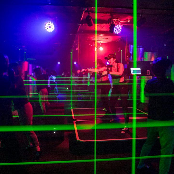 緑色のレーザーが光るスタジオ