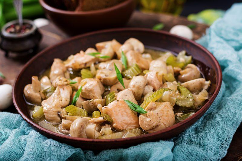 セロリと鶏肉の炒め物が皿に盛りつけられている
