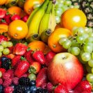いちご、りんご、バナナなどのフルーツが並んでいる