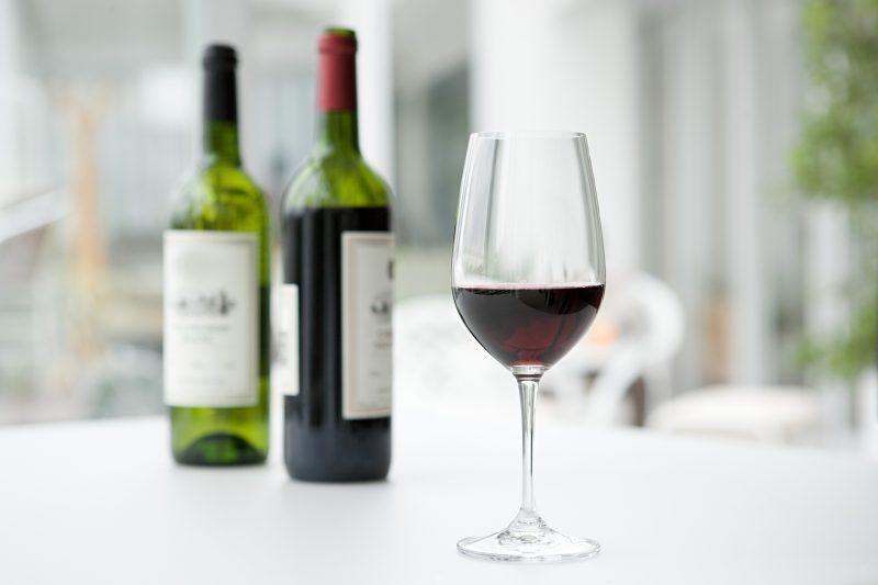 赤ワインがグラスに注がれて、テーブルにのっている