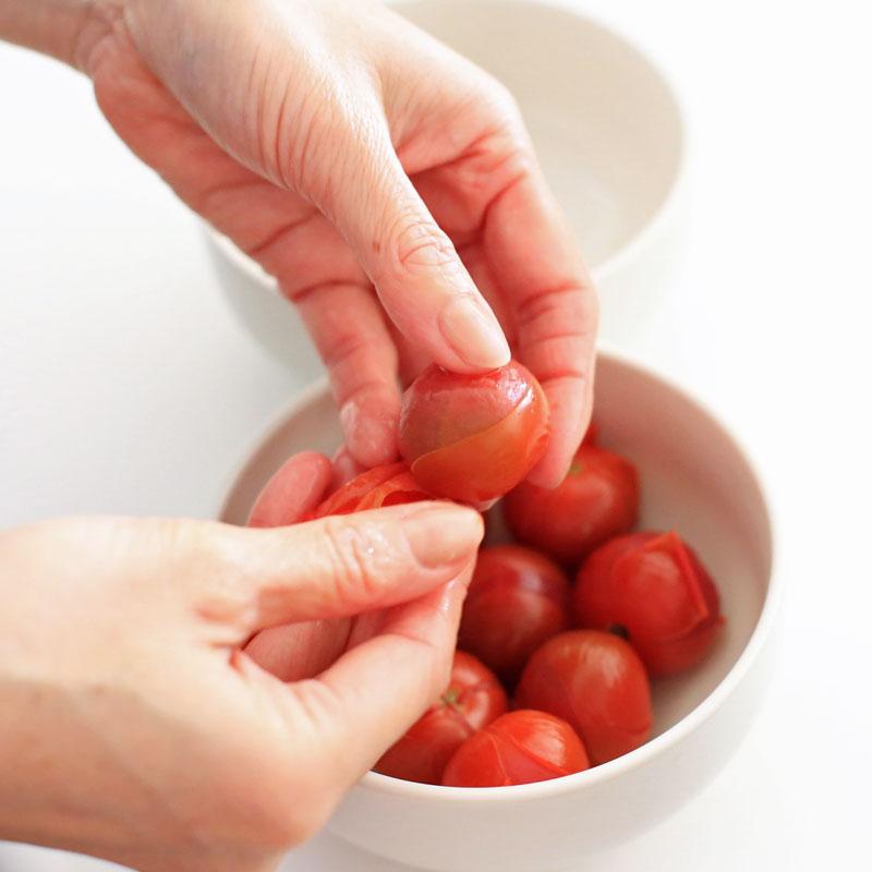 ミニトマトを湯むきしている様子