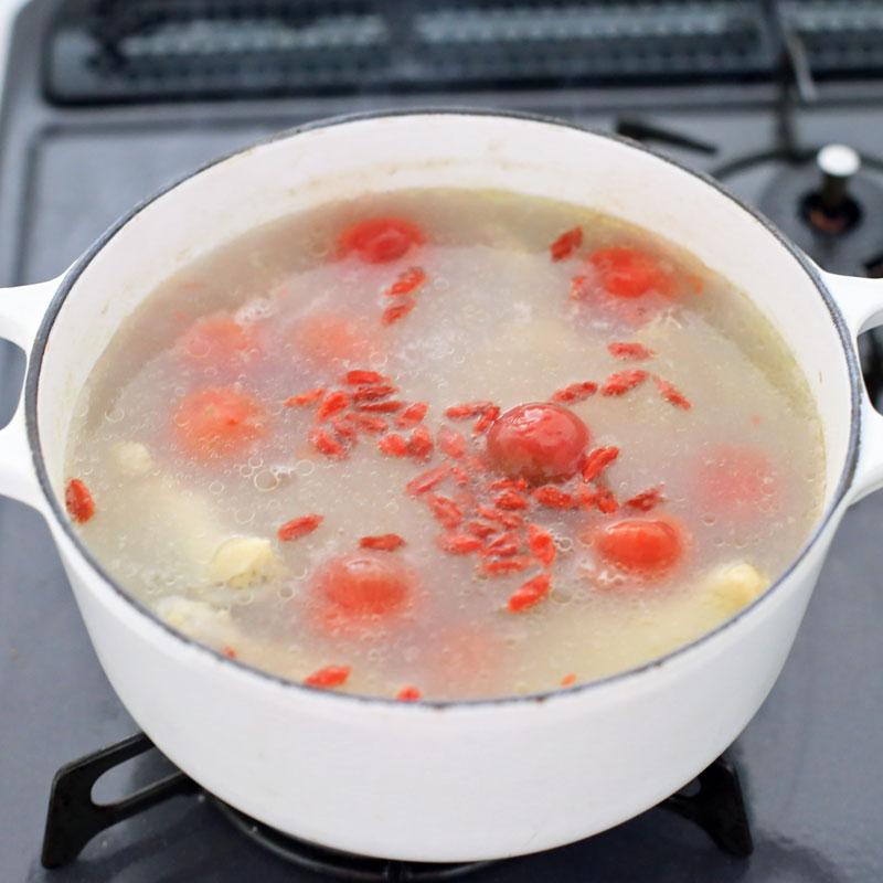 鍋で温めている「tomatoサムゲタン」