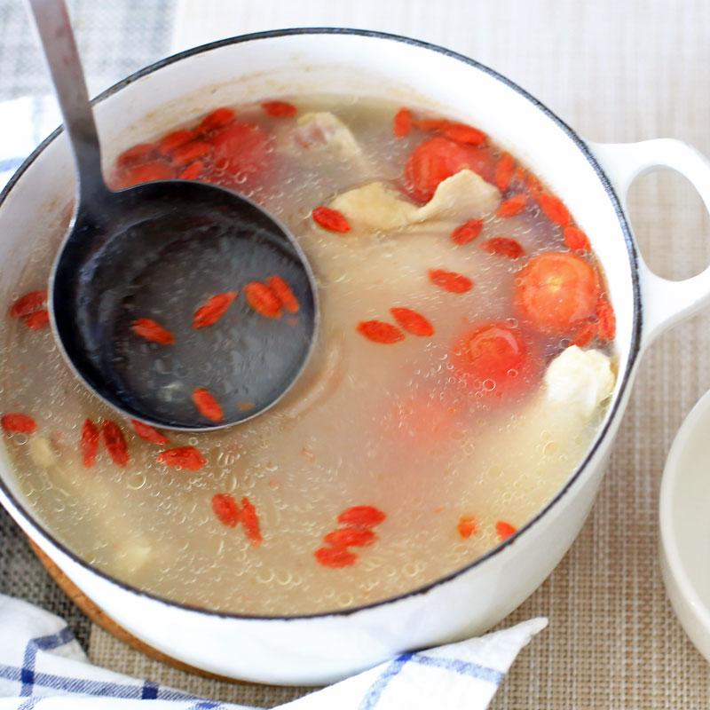 「tomatoサムゲタン」を鍋で温めている