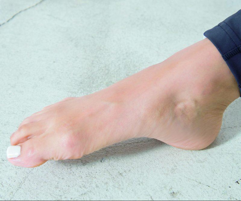 足指を動かす高橋メアリージュンの足