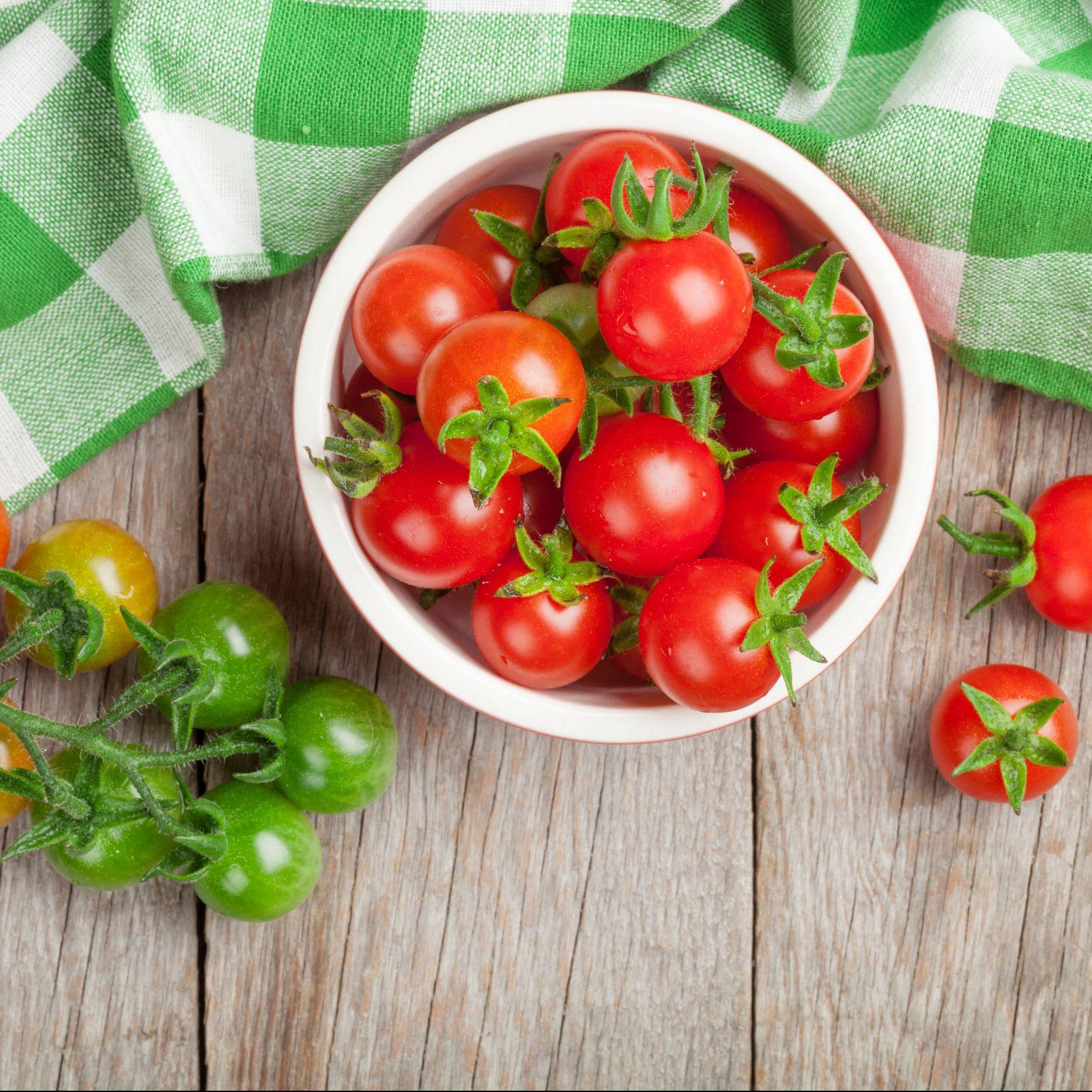 いくつものプチトマトが皿やテーブルにのっている