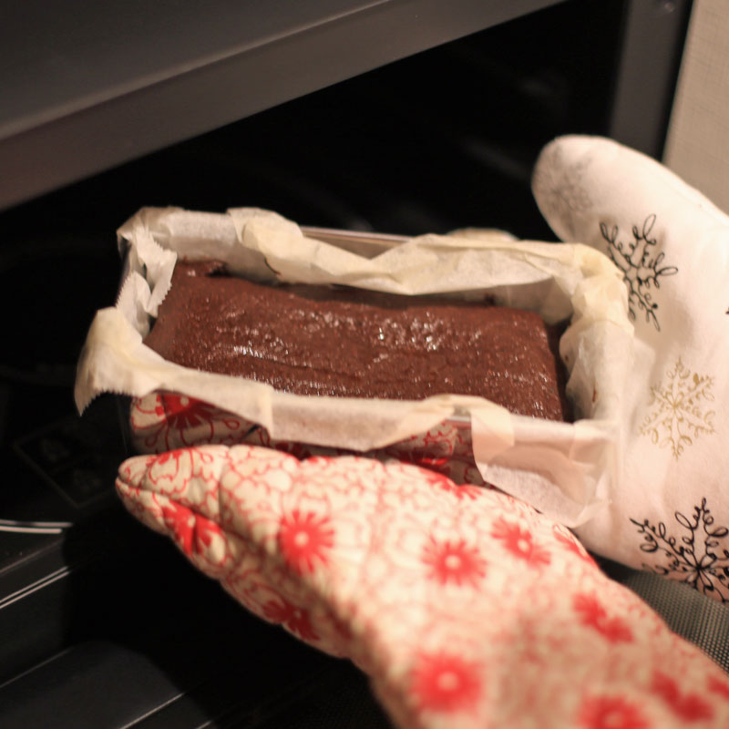 ガトーフショコラをオーブンから取り出す