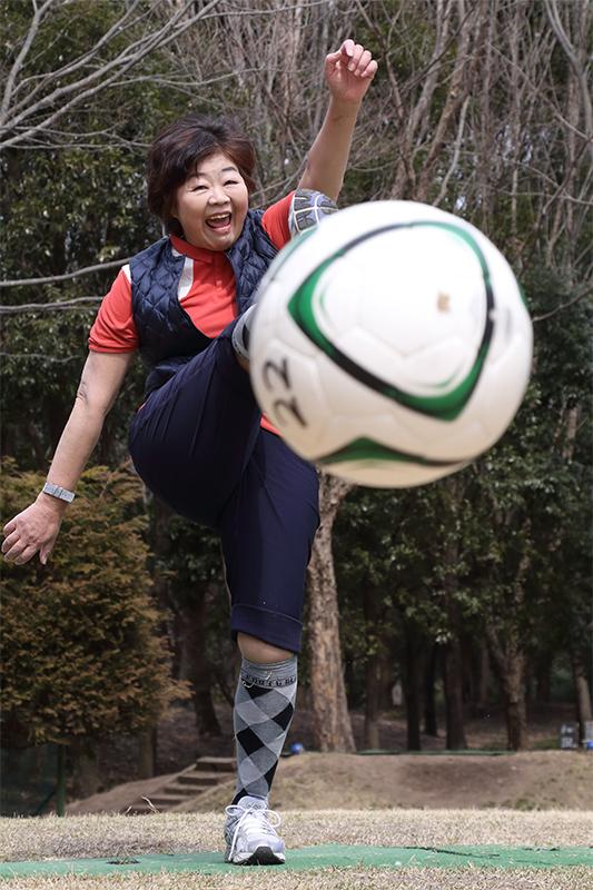 オバ記者がサッカーボールを見事にキックしている