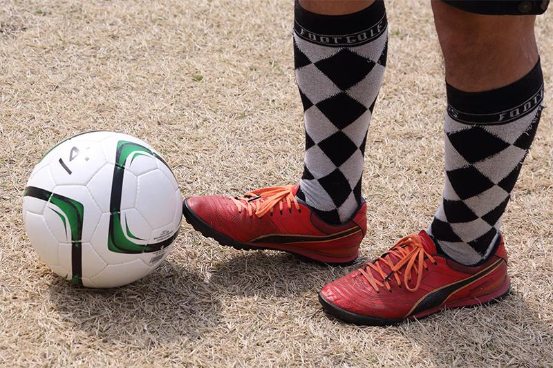 トウキックの足元とボール