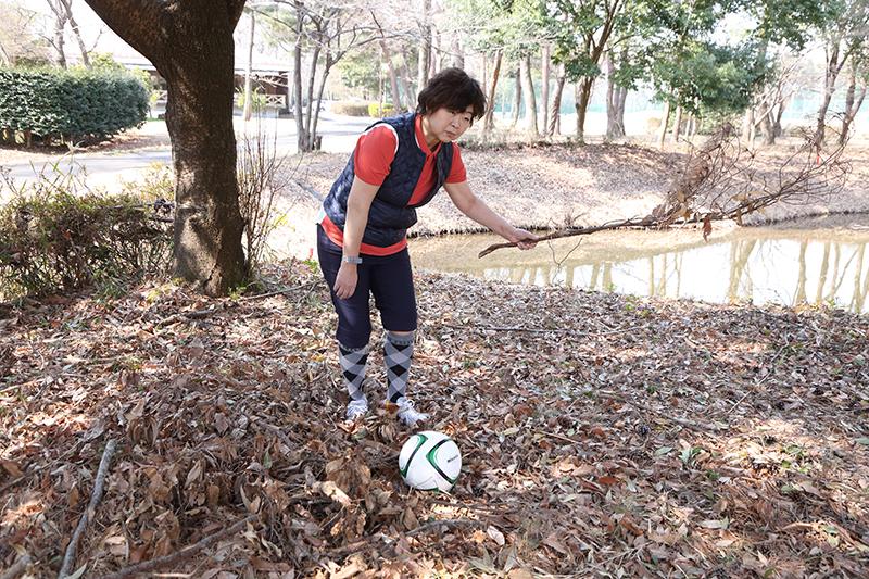 オバ記者が枯れ葉にうもれたサッカーボールを見ている