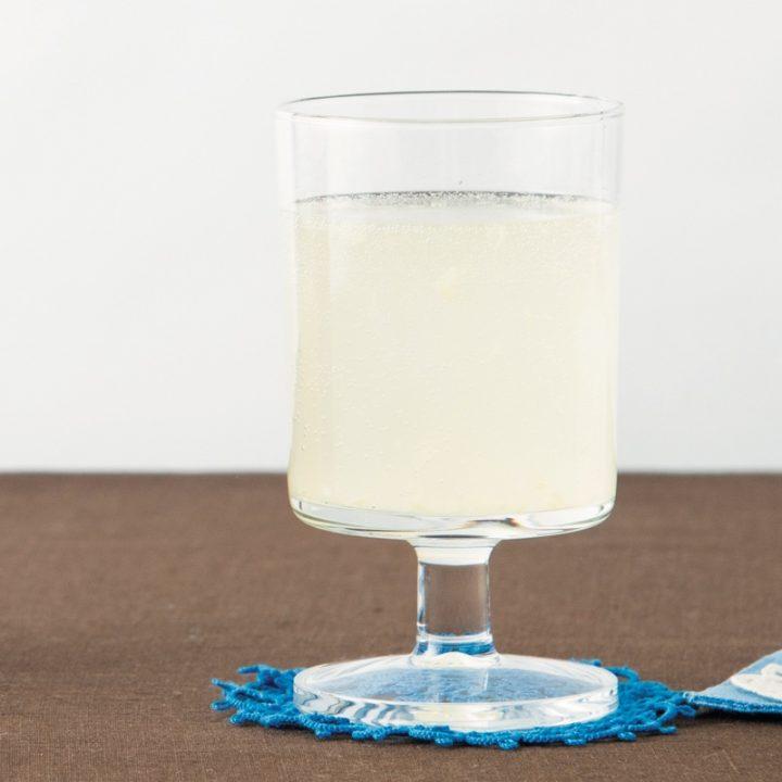 グラスに入ったジンジャーこうじ水