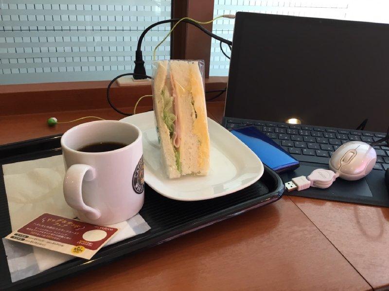 ベローチェの店内のテーブルに置かれたパソコン、サンドイッチ