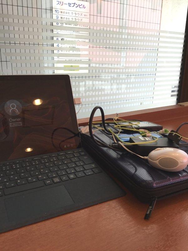 ベローチェの店内のテーブルに置かれたパソコン