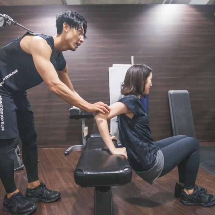 「二の腕シェイプ」リバースプッシュアップをトレーナーが女性に指導