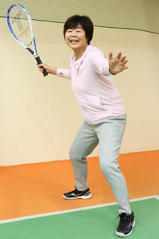 テニスラケットを手にポーズを取るオバ記者