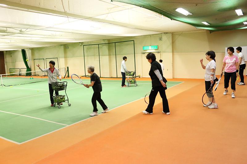 室内コートでテニスをしている様子