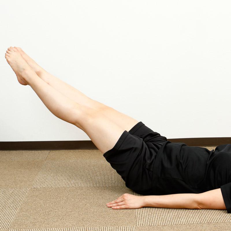 仰向けに寝転んだ姿勢で脚を伸ばし、両足のつま先をつける