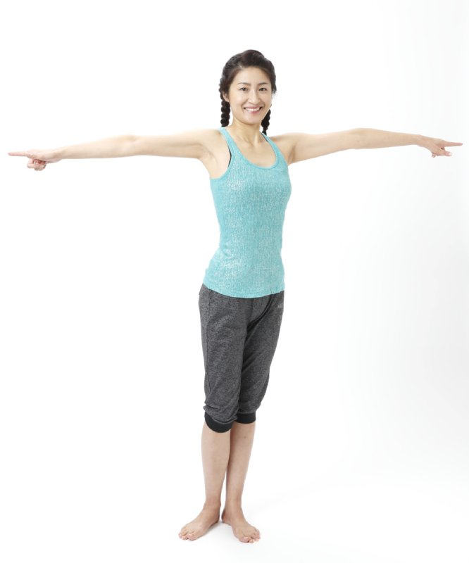 同じく肩と下半身を固定したまま左にツイストする女性