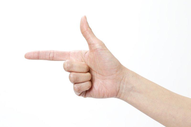 両手は人差し指と親指を伸ばした矢印のポーズ