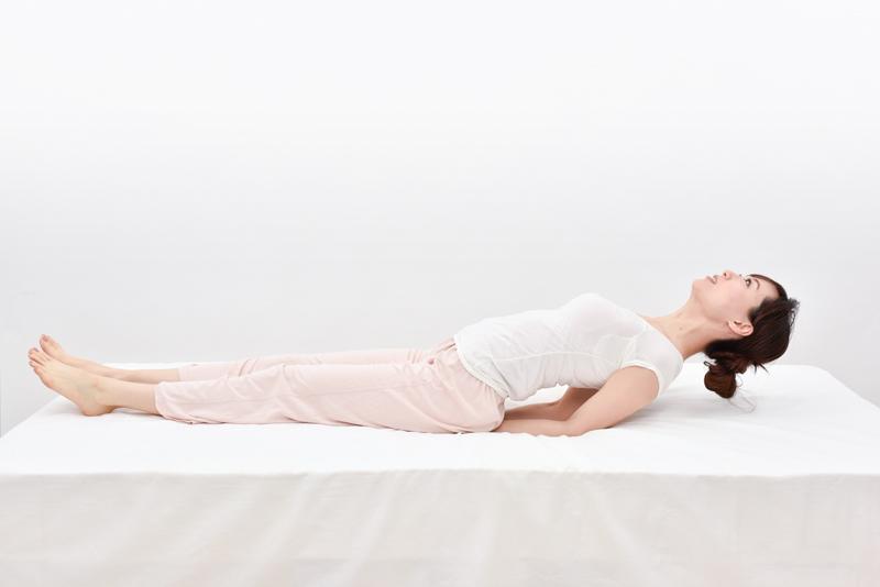 肘で体を持ち上げる。