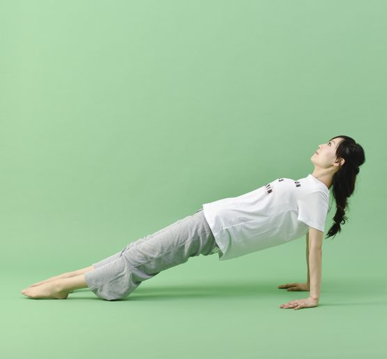 背筋をまっすぐにしたまま、腰を持ち上げる女性